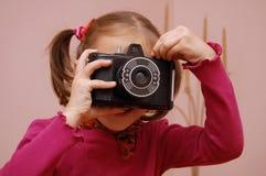 Ragazza con la macchina fotografica Fotografie Stock Libere da Diritti
