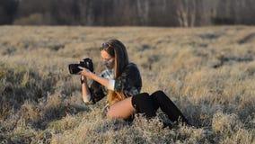 Ragazza con la macchina fotografica stock footage