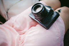 Ragazza con la macchina fotografica d'annata in sue mani Fotografia Stock