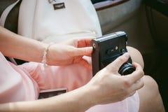Ragazza con la macchina fotografica d'annata in sue mani Immagini Stock Libere da Diritti