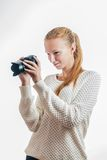 Ragazza con la macchina fotografica digitale, prendente un'immagine Fotografia Stock