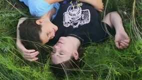 Ragazza con la madre che si trova nel video di movimento lento dell'erba stock footage