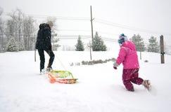 Ragazza con la mamma ed il divertimento di inverno fotografie stock libere da diritti