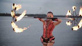 Ragazza con la manifestazione del fuoco della torcia Movimento lento video d archivio