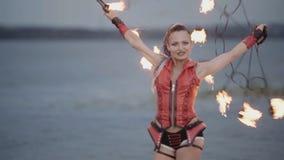 Ragazza con la manifestazione del fuoco della torcia Movimento lento archivi video