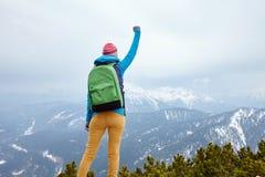 Ragazza con la mano sollevata in montagne Fotografie Stock Libere da Diritti