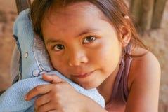Ragazza con la mano sulla camicia in Bolivia Fotografia Stock