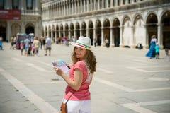 Ragazza con la mappa al quadrato di San Marco a Venezia Immagini Stock Libere da Diritti