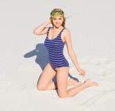 Ragazza con la maschera di immersione subacquea sulla spiaggia fotografia stock