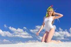 Ragazza con la maschera di immersione subacquea sulla spiaggia immagine stock libera da diritti