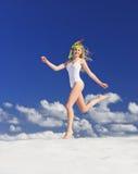 Ragazza con la maschera di immersione subacquea sulla spiaggia immagini stock