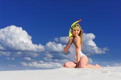 Ragazza con la maschera di immersione subacquea sulla spiaggia fotografie stock