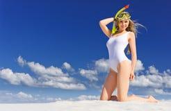 Ragazza con la maschera di immersione subacquea sulla spiaggia immagini stock libere da diritti