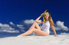 Ragazza con la maschera di immersione subacquea sulla spiaggia fotografie stock libere da diritti