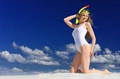 Ragazza con la maschera di immersione subacquea sulla spiaggia fotografia stock libera da diritti