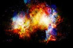 Ragazza con la maschera shamanic della piuma nello spazio cosmico Fotografia Stock Libera da Diritti