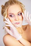 Ragazza con la mascherina del merletto sulla bocca immagine stock