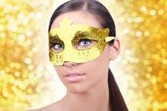 Ragazza con la mascherina dell'oro di carnevale Fotografie Stock Libere da Diritti
