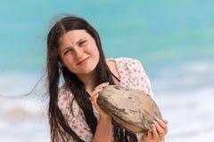 Ragazza con la noce di cocco in mani Fotografia Stock
