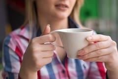 Ragazza con la penna a disposizione che si siede in un caffè Fotografia Stock