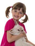 Ragazza con la piccola capra fotografia stock libera da diritti