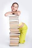 Ragazza con la pila di libri Fotografie Stock