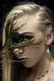 Ragazza con la piuma del pavone Fotografia Stock
