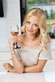 Ragazza con la posa del bicchiere di vino Fotografia Stock Libera da Diritti