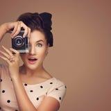 Ragazza con la retro macchina fotografica Fotografie Stock