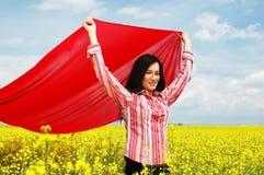 Ragazza con la sciarpa rossa Fotografie Stock Libere da Diritti