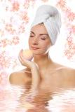 Ragazza con la sfera del bagno dell'aroma Fotografia Stock