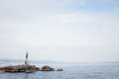 Ragazza con la statua del gabbiano Fotografia Stock Libera da Diritti