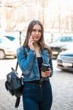 Ragazza con la tazza di caffè e lo smartphone di carta fotografia stock libera da diritti
