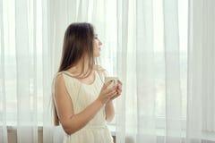 Ragazza con la tazza di caffè per progettazione di massima Ritratto della donna del primo piano immagine stock libera da diritti