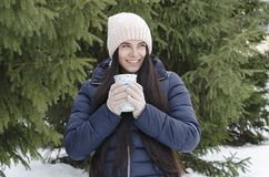 Ragazza con la termo tazza, pomeriggio gelido di inverno fotografie stock libere da diritti