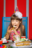 Ragazza con la torta di compleanno Fotografia Stock Libera da Diritti