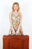 Ragazza con la valigia dell'annata che prevede corsa Immagini Stock Libere da Diritti