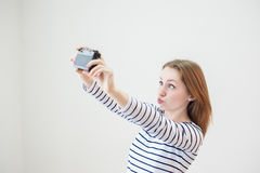 Ragazza con la vecchia macchina fotografica Fotografia Stock Libera da Diritti