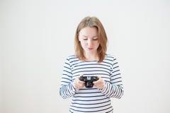 Ragazza con la vecchia macchina fotografica Immagine Stock