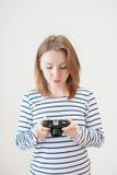 Ragazza con la vecchia macchina fotografica Fotografia Stock