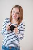 Ragazza con la vecchia macchina fotografica Fotografie Stock