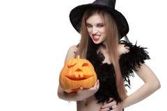 Ragazza con la zucca di Halloween su fondo bianco Fotografie Stock Libere da Diritti