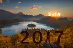 Ragazza con le armi di aumento a 2017 e lo sguardo in avanti a 2018 Immagini Stock