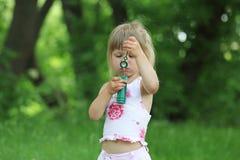 Ragazza con le bolle di sapone Fotografia Stock