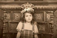 RAGAZZA CON le corone dei fiori sulla testa Fotografie Stock