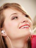 Ragazza con le cuffie bianche che ascolta la musica Fotografia Stock Libera da Diritti