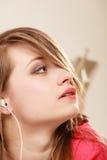 Ragazza con le cuffie bianche che ascolta la musica Immagini Stock Libere da Diritti