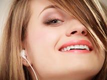 Ragazza con le cuffie bianche che ascolta la musica Fotografie Stock