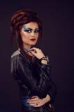 Ragazza con le decorazioni lanuginose dell'unghia e dei capelli Fotografia Stock Libera da Diritti