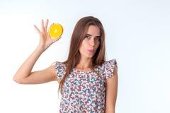 Ragazza con le fette arancio in mani Immagini Stock Libere da Diritti